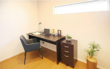 【フリールーム】 テレワークや書斎コーナーなど、多目的に活用できるコンパクトな空間「フリールーム」を全棟採用しています。