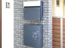 【郵便受け・宅配ボックス】 留守中でも荷物が受け取れる宅配ボックスを標準採用。再配達を依頼する手間を省くことができます。
