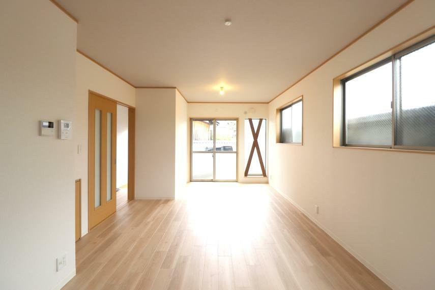 居間・リビング 大きな窓から明るい陽が入るリビング!ご家族みんなが集まるリビングは広々 15帖!ゆったりくつろげる空間です