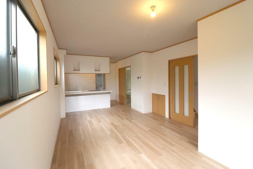 居間・リビング 令和3年4月室内一部リフォーム済で美宅です!15帖のゆったりくつろげるリビングで、開放感と贅沢な時間を・・
