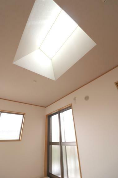洋室 7帖の洋室のトップライトは明るく心地良い暮らしを提供します。