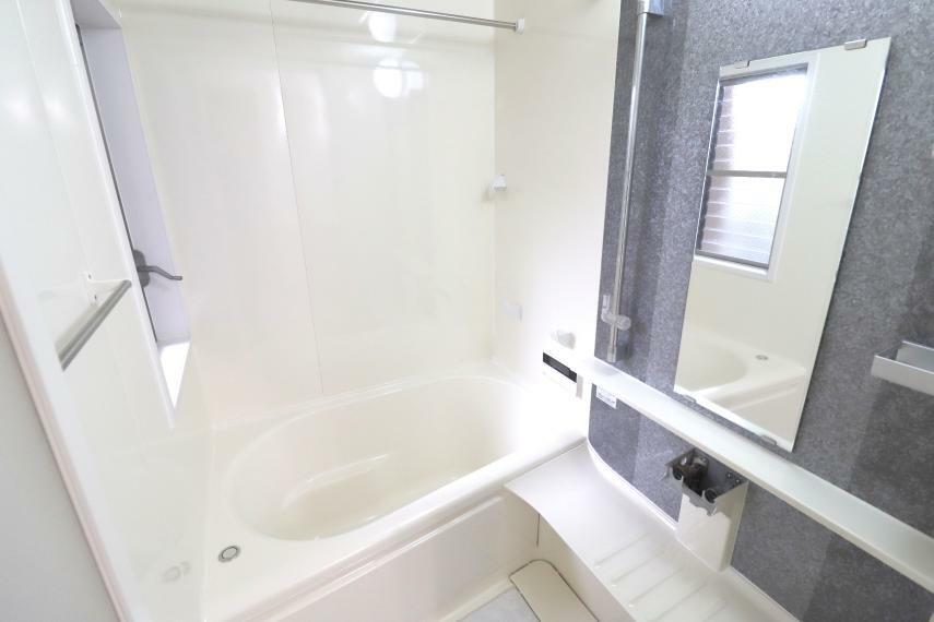 浴室 雨の日でもお洗濯ができる浴室暖房乾燥機付き!シックな色合いの浴室ではリラックスしたひと時を過ごせます
