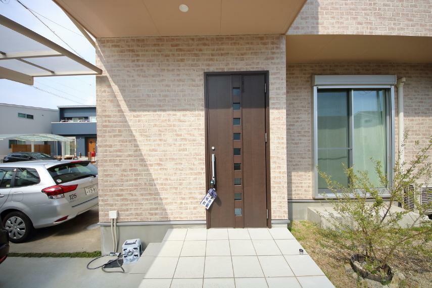 外観写真 玄関です。南側なので陽当たりも良く、帰宅したご家族やお客様を明るく出迎えられます