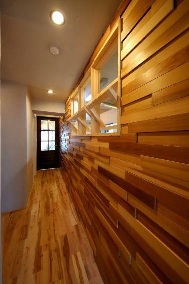 安心R住宅 リノベプラン例:壁面羽目板仕上げ お部屋の一面だけでも、写真のような羽目板仕上げにすると一気にオリジナル感が増します!お好きなテイストに合わせて、板の種類や色もお選びいただけます。こちらのプラン例は30万円からご案内可能です。
