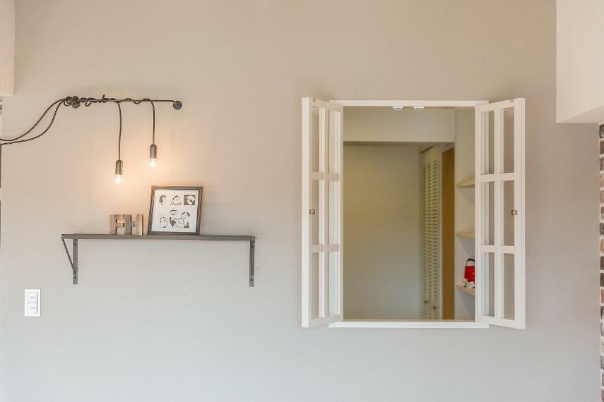 安心R住宅 リノベプラン例:飾り窓&飾り棚取り付け 写真のような飾り窓&飾り棚は、25万円から施工可能です。空間のアクセントだ けでなく、明り取りや風通しの確保としても有効!お好きな写真や植物なども飾っ て頂けます。