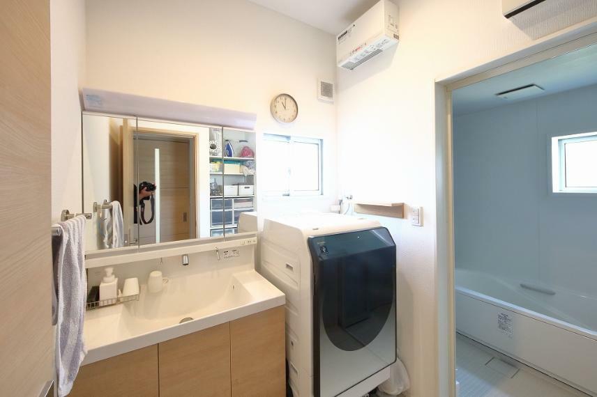 洗面化粧台 洗面化粧台と脱衣室になります。 大きな洗面化粧台です