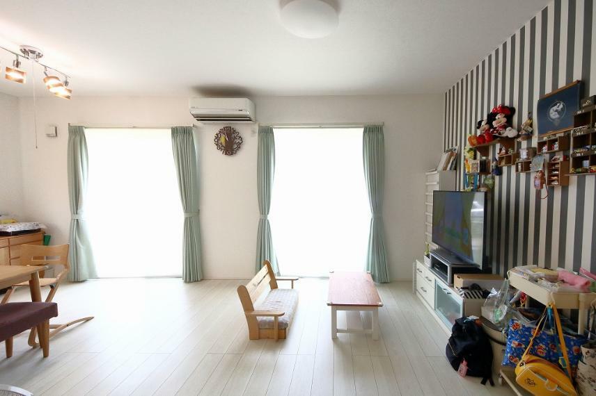居間・リビング リビング室内のお写真です。広々18帖あります!南向きで陽当たりも良く、家族だんらんでゆったりとお過ごしいただけます。
