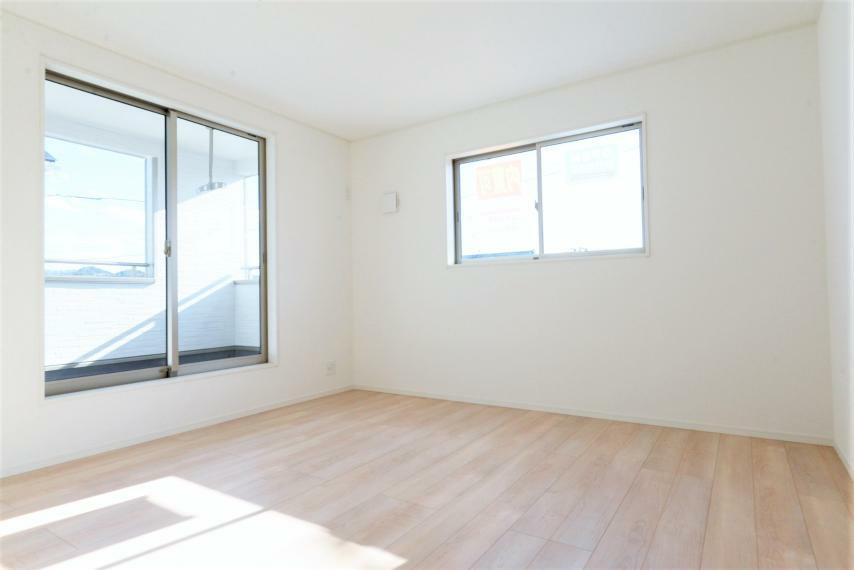 寝室 (同仕様例)バルコニーに面した明るい室内。大型のクローゼット付きです!