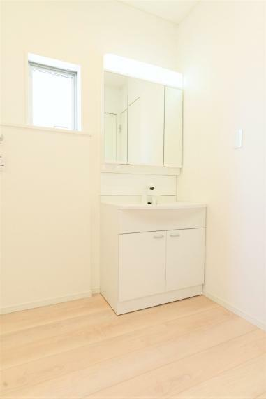 洗面化粧台 (同仕様例)シャワー機能付洗面化粧台。鏡の裏側が収納になっており、物に合わせて棚の高さ調節も可能です。