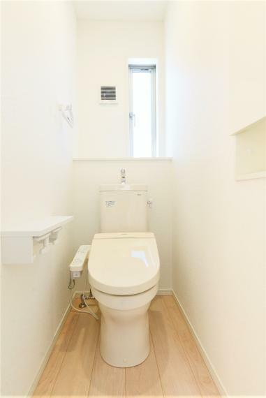 トイレ (同仕様例)フチなし形状でサッとひとふきでお手入れカンタン。ふたが自動で開閉し、清潔・快適です!