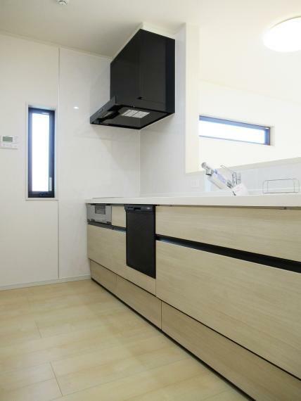 キッチン 【4号棟】システムキッチン・キッチンカウンター・ビルトイン食器洗乾燥機・浄水器一体型シャワー水栓