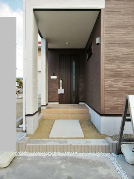 玄関 【4号棟】エントランス・外壁サイディング・ベタ基礎 基礎パッキン
