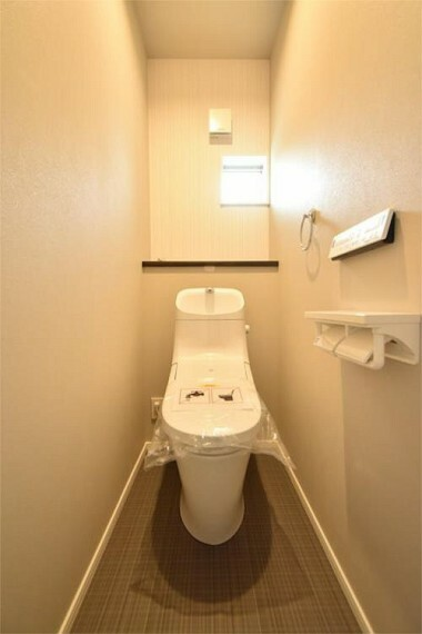 トイレ ウォシュレット付トイレです。窓も付いており換気も出来ます。