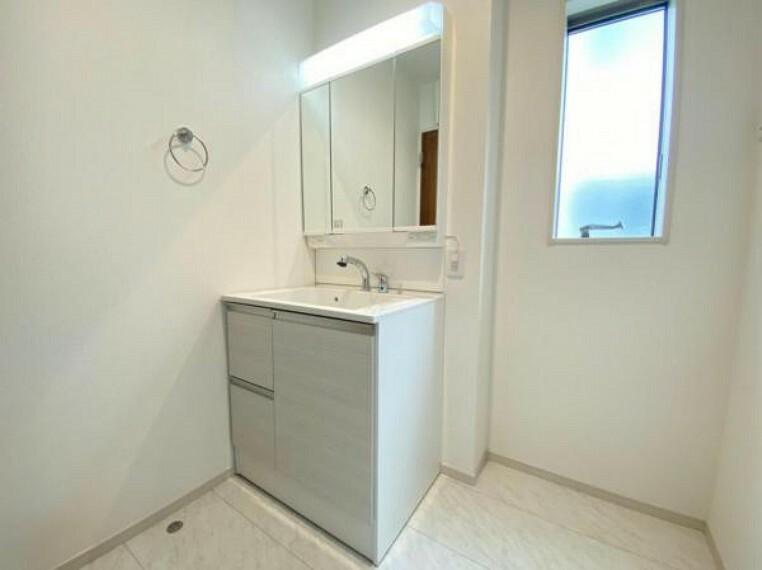 洗面化粧台 (洗面台)鏡の後ろは全て収納になっているので歯ブラシや化粧水などもスッキリ保管出来ます!
