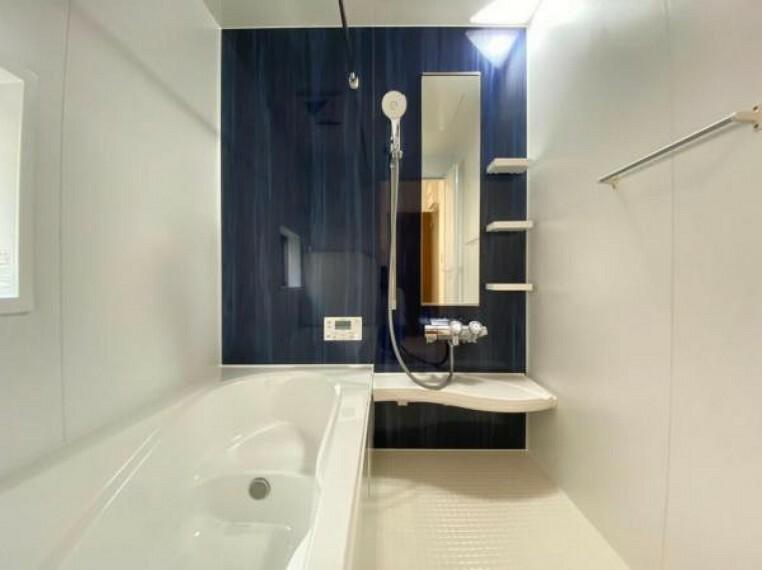 浴室 (浴室)ベンチ付き浴槽を採用しており半身浴も楽しめます!更に節水も出来るのでお財布にも優しい!