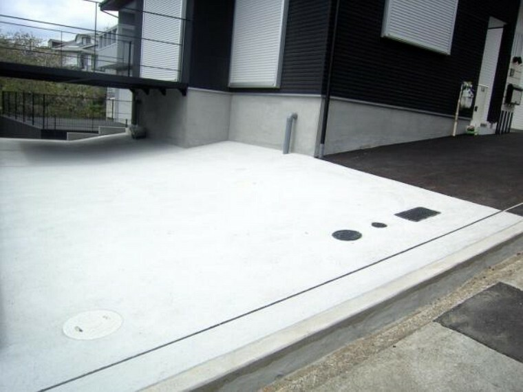 駐車場 車2台に単車や自転車もおける広々としたカースペース。出し入れのしやすいカースペースです。