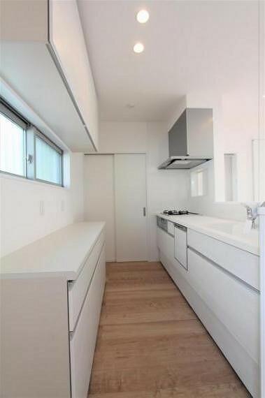 キッチン カップボードが備え付けのカウンター式ノシステムキッチン。ビルトインの食洗器付きです。