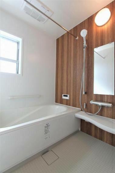 浴室 窓のある明るく風通しの良い一坪サイズのバスルームは浴室暖房乾燥機付きです。
