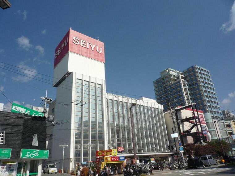 スーパー 川西能勢口駅前の百貨店、西友川西池田店。駅前なので、通勤の行き帰りに利用できて便利です。