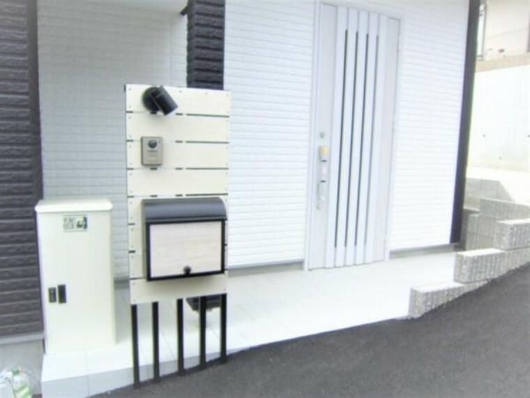 玄関 宅配ボックスのある玄関外側及びサインポスト。一体型のスマートなポストです。
