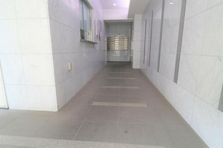 エントランスホール 訪問者が最初に訪れる部分がエントランスであり、第一印象を決める「マンションの顔」とも言える場所になります。そのエントランスホールは白を基調とした色合いで、明るい雰囲気です。