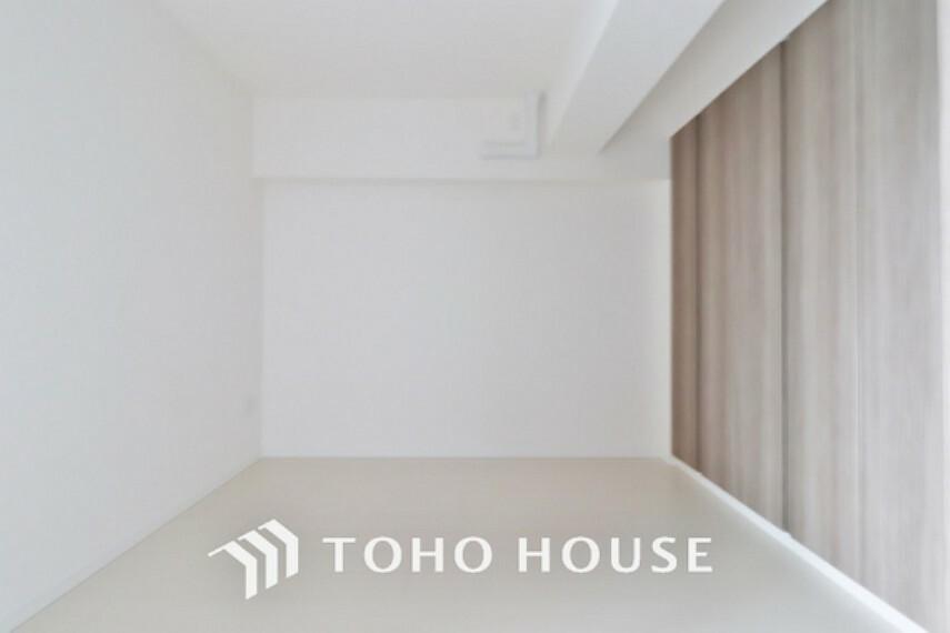 洋室 ホワイトの壁紙に柔らかな印象のメープルのフローリング。明るくナチュラルな心地の良い空間となっております。