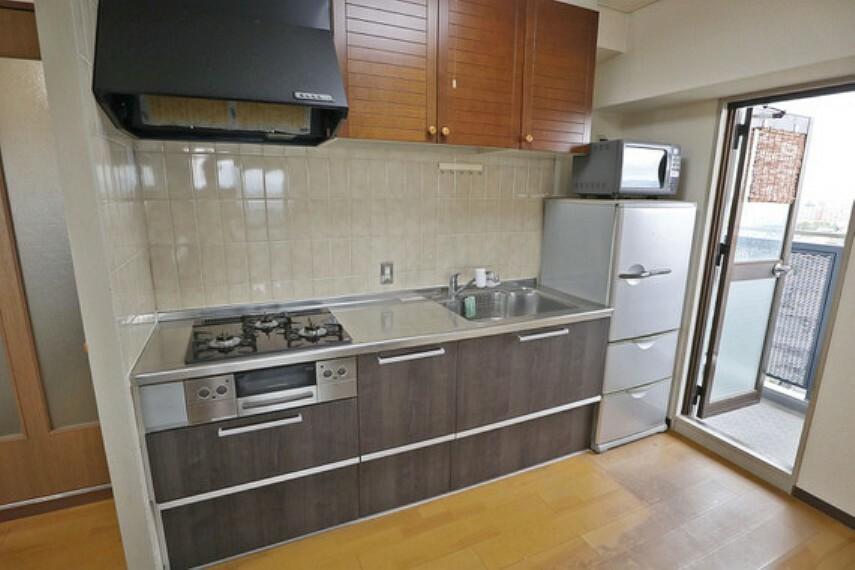 キッチン キッチンは丁寧につかわれているのでそのままでもご使用いただけそうです。バルコニーに面しているので、ごみをまとめて置いておくこともできます。