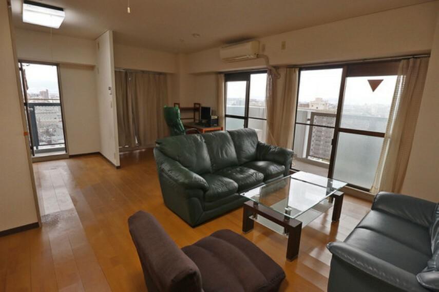 居間・リビング 窓が多く、明るく快適です。