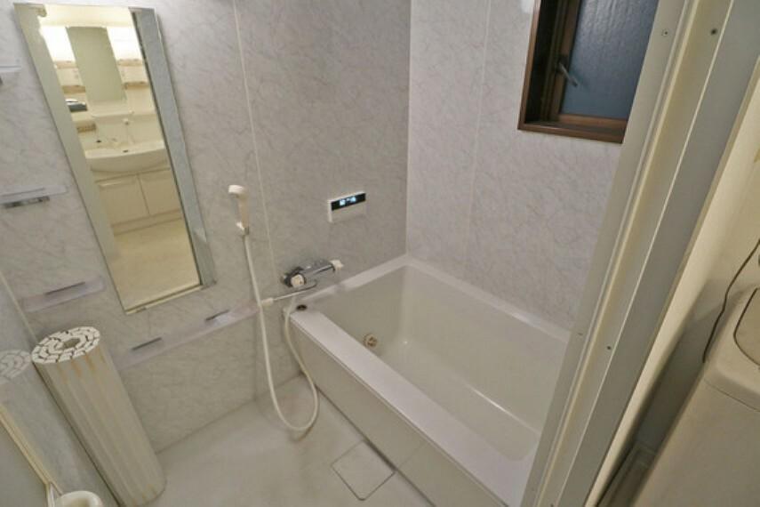 浴室 浴室には窓があり、換気もばっちりです。大人でも足を伸ばしてゆったりくつろげそうです。