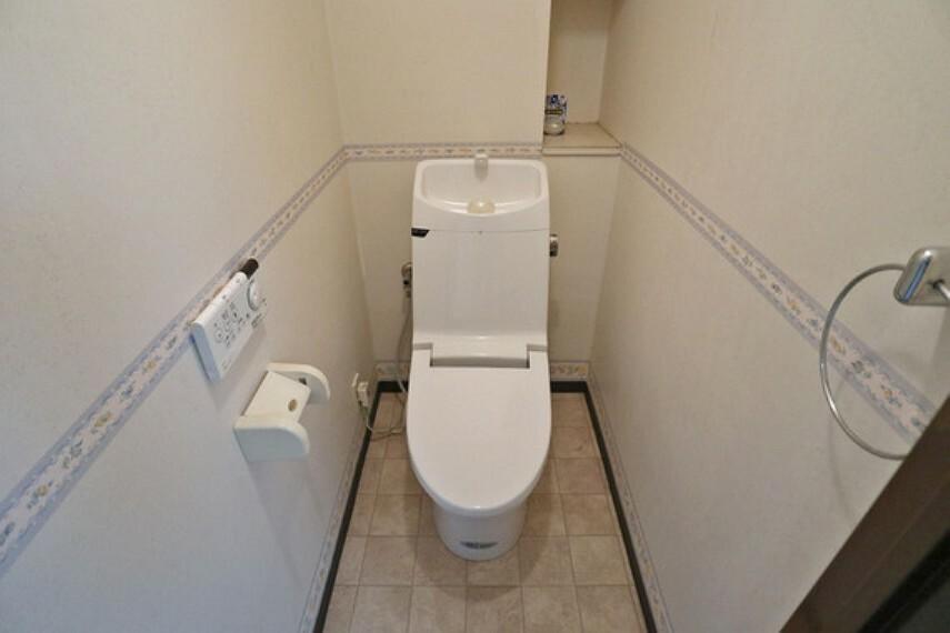 トイレ 洗浄便座つきで清潔を保てます。