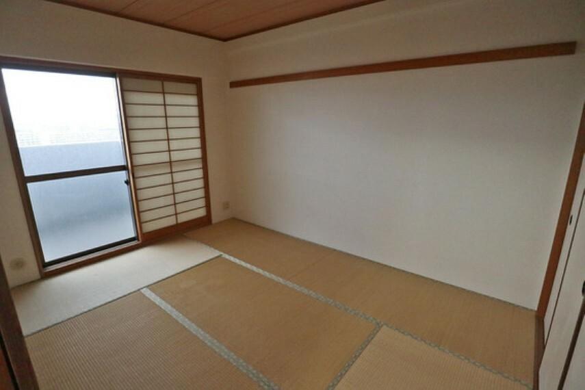 北側の和室はバルコニーに面しているので明るく快適です。
