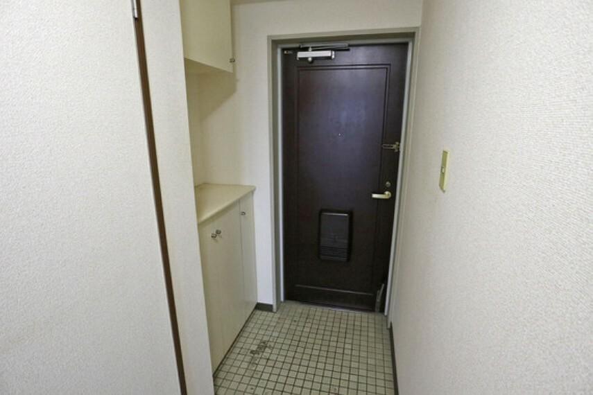 玄関 玄関。シューズボックス付きでたっぷり収納でき、玄関が散らかる心配も少ないです。