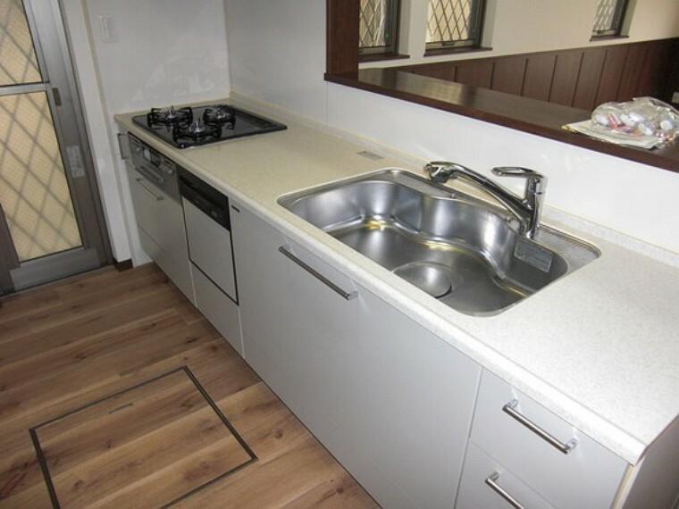 キッチン 使い勝手の良いカウンターシステムキッチン  食洗機付きで家事がはかどりそうですね