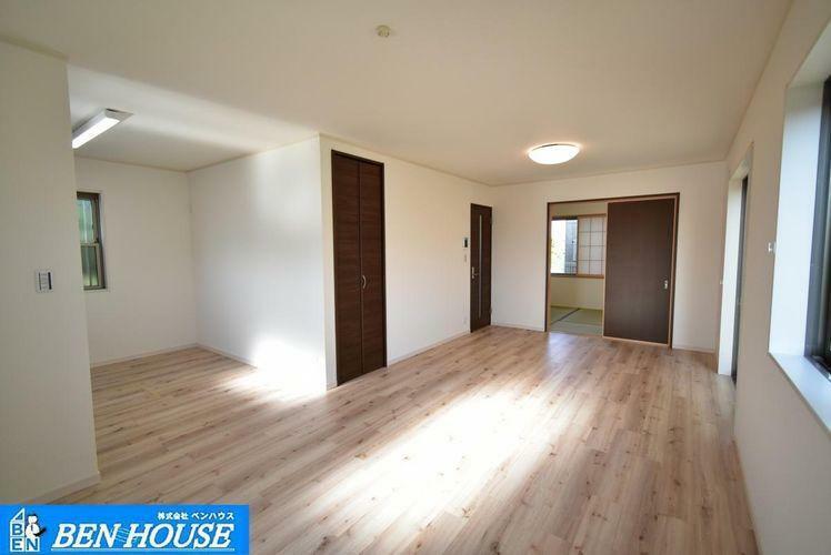居間・リビング ・南に面した大きな窓から採光たっぷり取り込むことのできるリビング・新規リフォーム済でご契約後、即入居可能・現地へのご案内はいつでも可能です・住宅ローンのご相談も賜ります
