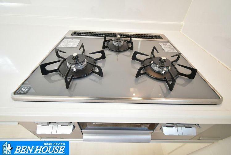 キッチン ・新規交換済のガラストップコンロ・お手入れしやすい設備ですね・余裕のキッチンスペースでご家族でお料理を愉しむことができますね・現地へのご案内はいつでも可能です・是非ご確認ください