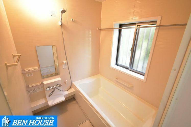 浴室 ・一日の疲れを癒す広々としたお風呂。・足を伸ばしてゆったりと入れます。・窓もあるので、しっかりと換気も出来ますね。・現地へのご案内はいつでも可能です・是非 ご確認ください