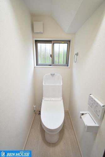 トイレ シャワートイレ・2ヶ所に設置がございますので、朝の支度で込み合う時間もスムーズに準備ができますね・温水洗浄便座付きでいつでも清潔に利用できますね・いつでも内覧可能・是非ご確認ください