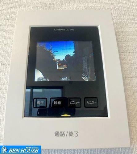 TVモニター付きインターフォン ・訪問者を確認してから対応できるTVモニター付きインターフォンです。・おじいちゃんおばあちゃんやお子様のお留守番にも安心です。・日々の生活をサポートしてくれる充実仕様・設備搭載邸宅