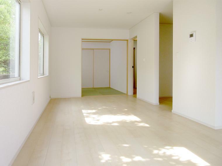 居間・リビング (同社施工例)LDKと和室合わせてゆったり大空間