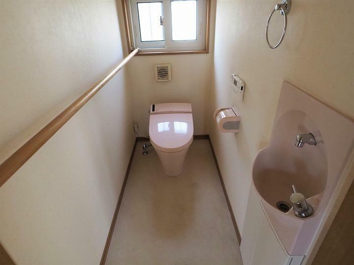 トイレ 安全に配慮された手すり付きタンクレストイレ