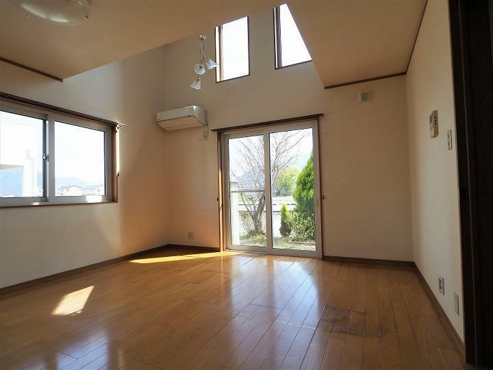 居間・リビング 吹抜と高窓からの採光でより明るく気持ちいいリビング