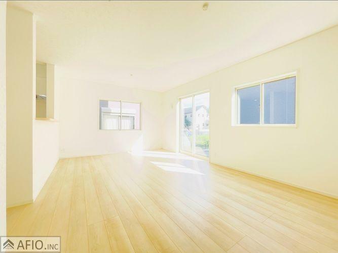 居間・リビング 大きな窓のあるリビングは明るく、風通しが良く、家族みんなの笑い声が響き渡ります