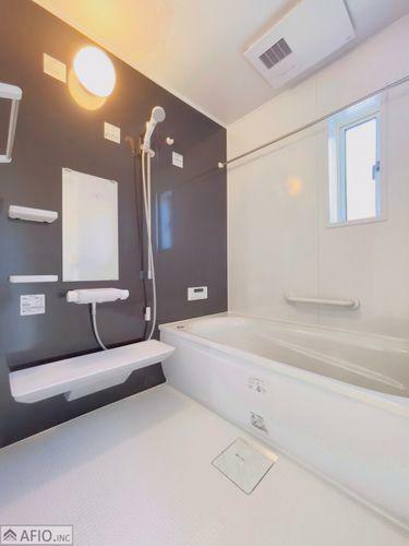 浴室 落ち着いた色調の浴室で、1日の疲れをゆっくり癒してください。