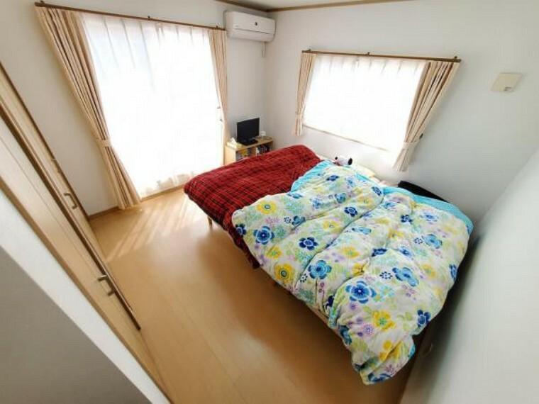 2面採光で明るい主寝室。ベッドを置いても余裕があります!