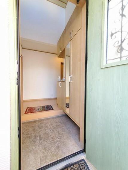 玄関 大容量のシューズボックスで玄関がスッキリ片付きます