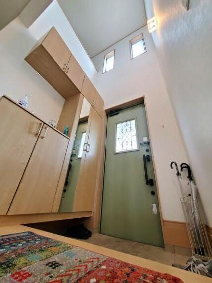 玄関 吹き抜けのある明るく開放的な玄関