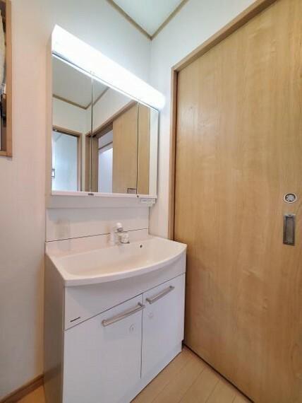 洗面化粧台 三面鏡付きのシャンプードレッサーで朝の身支度