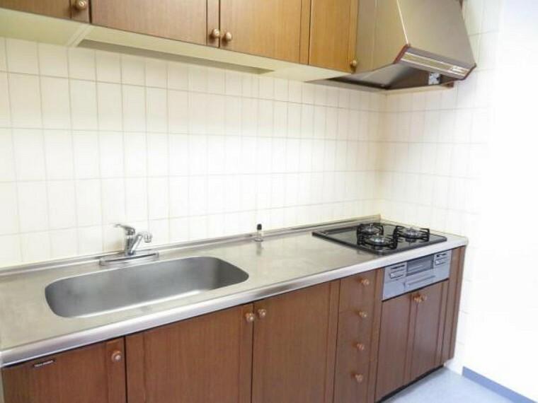 外観写真 吊戸棚もあり収納充実のキッチン。廊下へ出られる2WAYです。