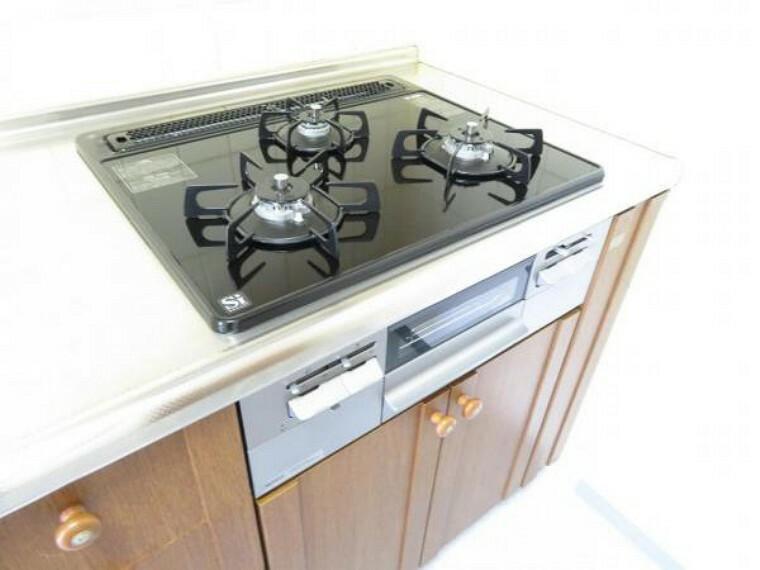 キッチン コンロは3口手際よくお料理できます。