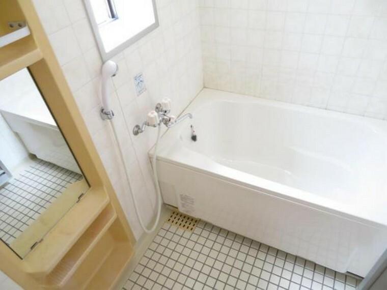 浴室 窓があり換気のしやすいバスルーム